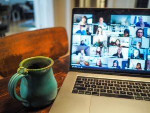 Videokonferenz auf Bildschirm mit mehreren Teilnehmern